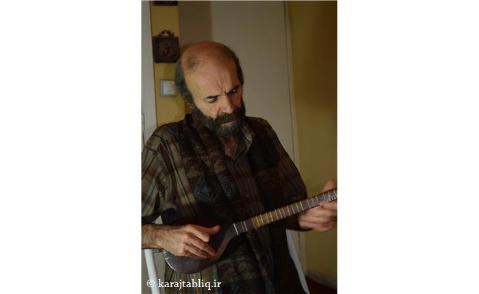 حسین یارا در حال تدریس ردیف سه تار