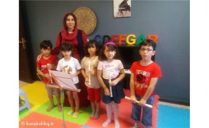 مهدیس فرهودی (مدرس موسیقی کودک) به همراه هنرجویان